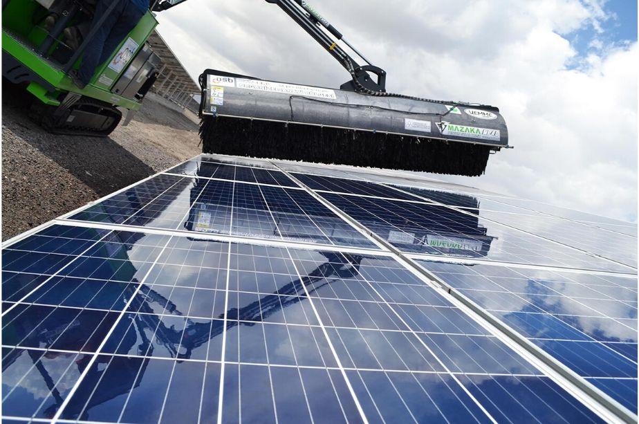Resultado de imagem para limpeza de painéis solares